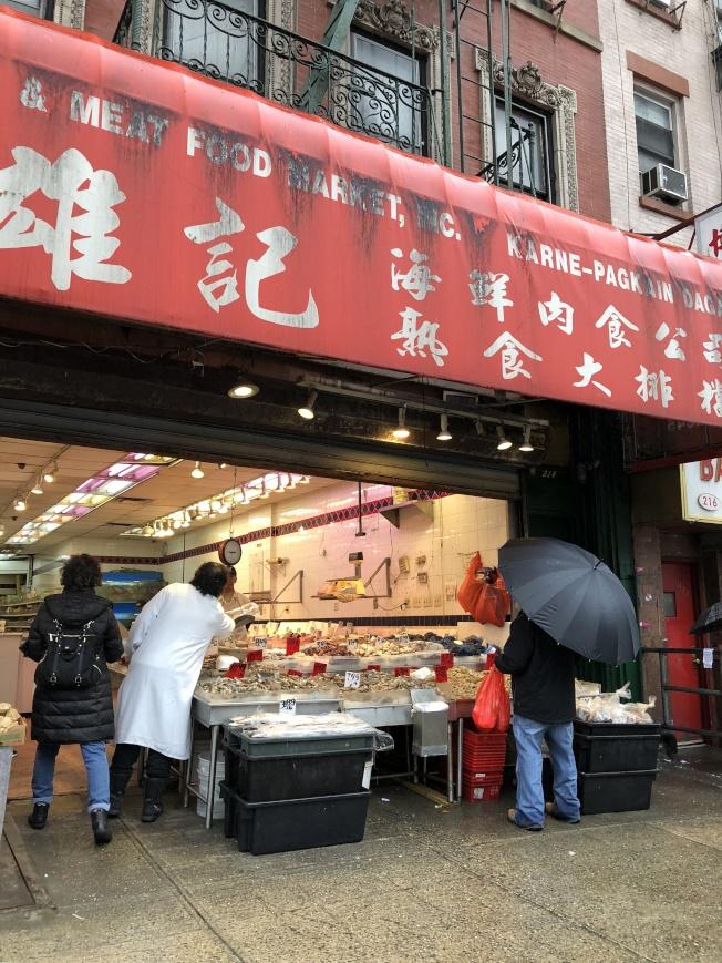 華埠海鮮超市被曝外來修理工踩魚。(記者金春香/攝影)