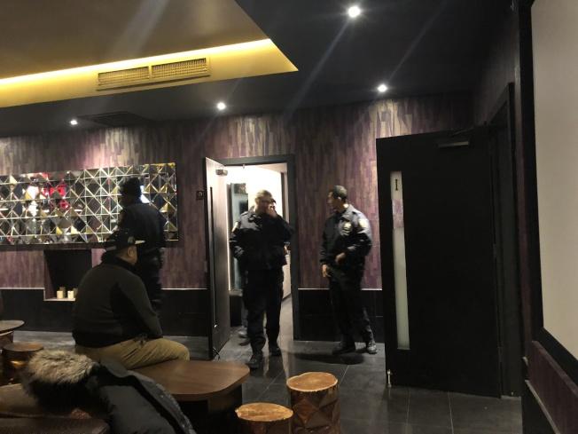 警方在案發現場搜查。(記者陳小寧/攝影)