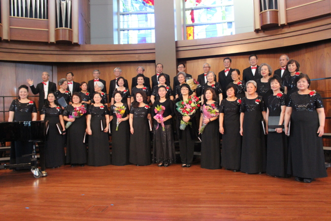 休士頓中華合唱團13日下午於浸信會大學舉辦慶祝45周年「樂韻悠揚情意長」音樂會,演出了14首經典中西樂曲,並且今年更加入了鋼琴、小提琴與大提琴的三重奏曲,音樂會更加精采豐富。(記者郭宗岳/攝影)