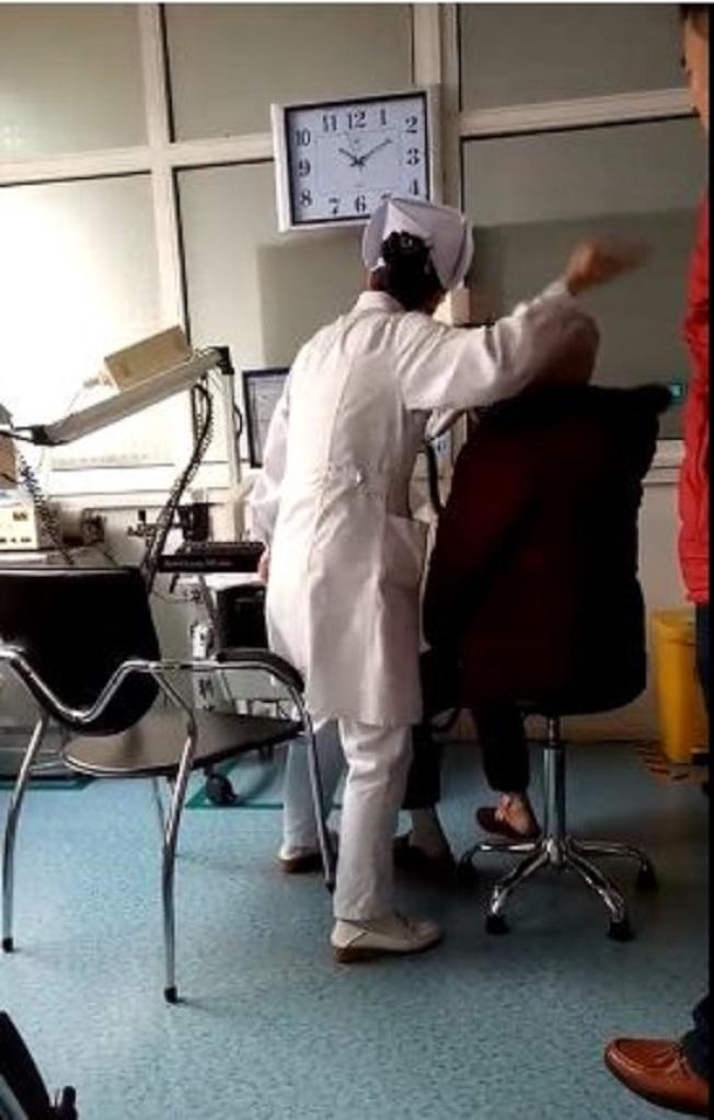 山東淄博護士上班期間「手足舞蹈」的影片,近日在中國網路走紅。(取材自新京報)
