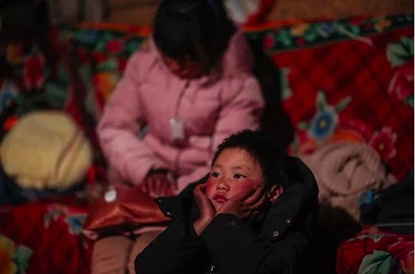 「冰花男孩」和姊姊考完試在家。圖/擷取自「都市時報」微信公眾號