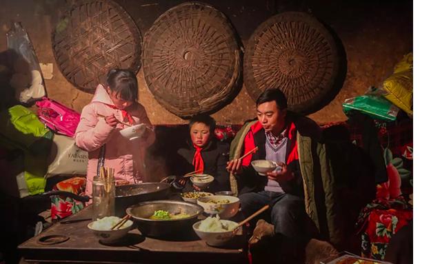 「冰花男孩」一家三口難得一起坐下來吃飯,離家出走的媽媽一點消息都没有。圖/擷取自「都市時報」微信公眾號