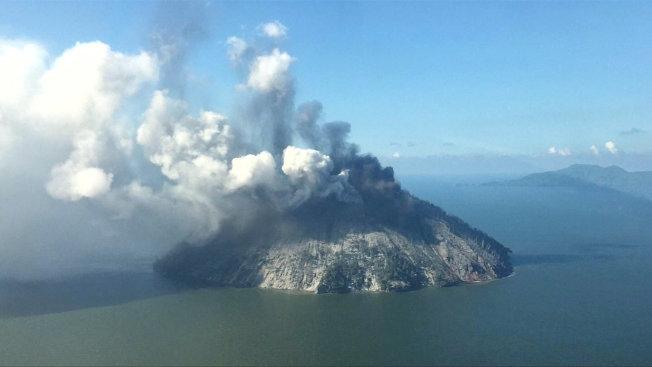 巴布亞紐幾內亞當地紅十字會表示,在附近一座火山爆發後,巴國北部外海一座島嶼上約有1500人正進行撤離。(路透)