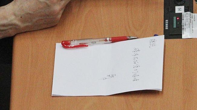 桌上放的就是當年發言人給馬英九的字條。 圖/聯合報系資料照片