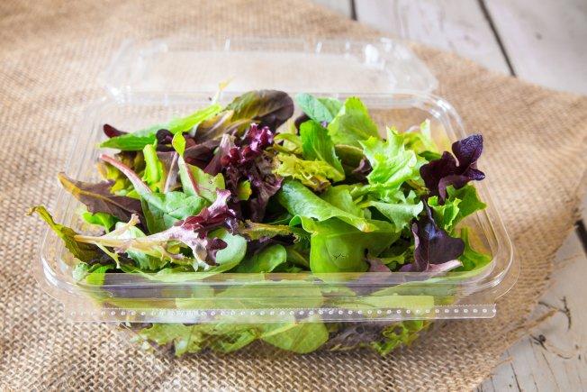 生鲜沙拉可能含有细菌,在机场用餐还是坚持熟食比较安全。 (Getty Images)