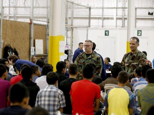 受到川普政府加强管控移民政策的影响,申请「特别移民少年身分」似乎也遭到冲击。图为被拘押在亚利桑纳州边界保护局中心的少年移民。 (美联社)
