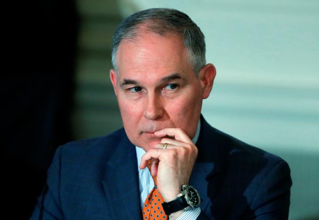 多达170位联邦参众议员18日共同签署决议案,要求滥用公款争议不断的环保署署长普鲁特辞职。 (美联社)