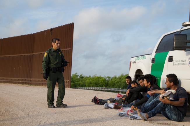 8月份从南部边境涌入美国的无证移民数字大幅攀升,边境管理官员以「危机」称之。图为边防员监控跨境来美的非法移民。 (Getty Images)