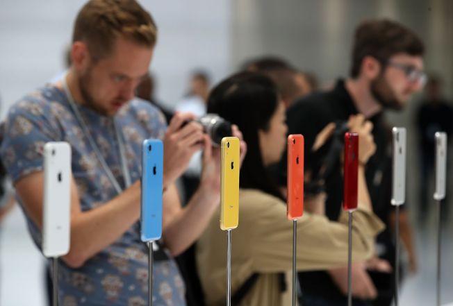 苹果新发表的平价版手机iPhone XR吸引果粉目光。 (Getty Images)