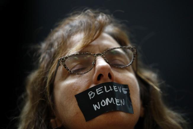 在场声援福特博士的示威者,表示受害女性不能被消音。 (美联社)