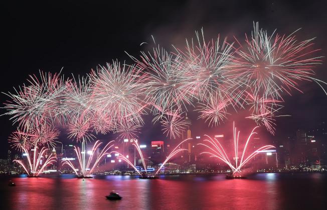 烟花示意图。图为香港维多利亚港10月举行的烟花汇演。 (新华社)
