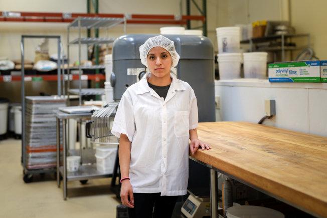 联邦最高法院今年6月裁定没有注明时间和地点的文件,不算合法的出庭通知,导致创纪录的9000个驱逐案取消,在加州面包店工作的莉莉安娜‧巴利欧斯遣返案就是其中之一。 (路透)