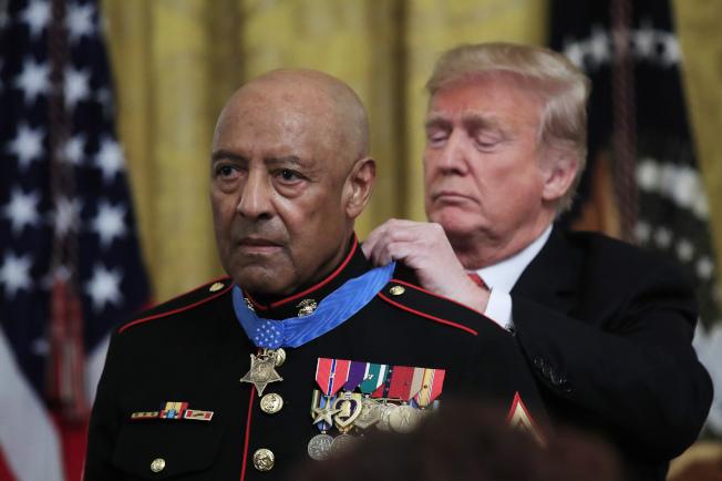 川普总统17日在白宫向80岁退役陆战队士官长坎利颁发全国最高的军事「荣誉勋章」,表扬他50年前在越南的勇敢行动。 (美联社)