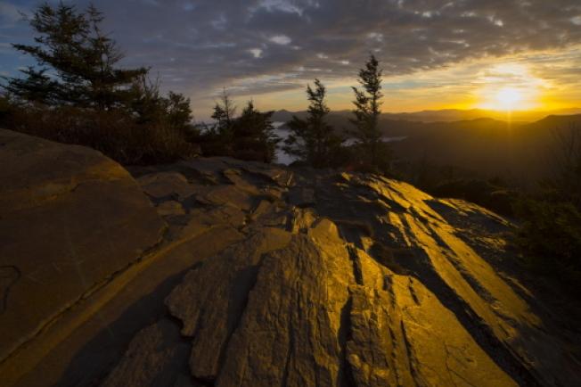 位于田纳西州和北卡州交界的大烟山国家公园,被「孤独星球出版社」评为世界上第三个最物美价廉的旅游胜地。图为黎明阳光照亮大烟山莫特点的岩石。 (美联社)