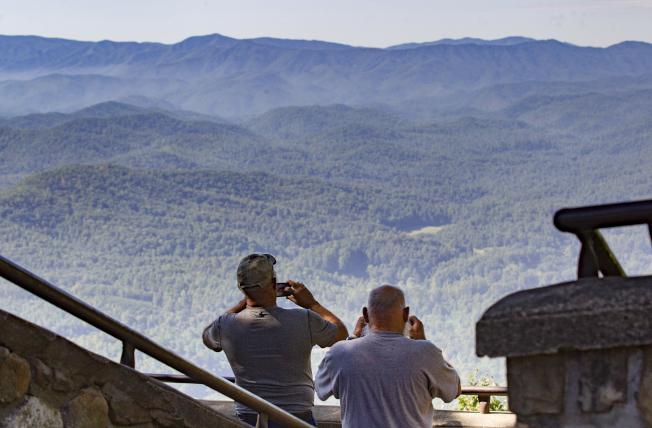位于田纳西州和北卡州交界的大烟山国家公园,被「孤独星球出版社」评为世界上第三个最物美价廉的旅游胜地。图为游客拍摄大烟山的宏伟景观。 (美联社)