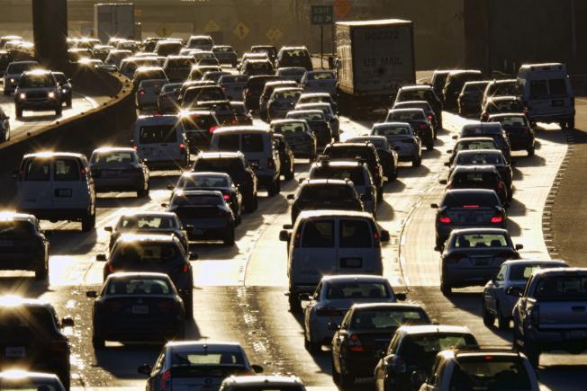 调查显示,大多数美国人每年平均花321小时在车上,而休假却只有120个小时。 (美联社)