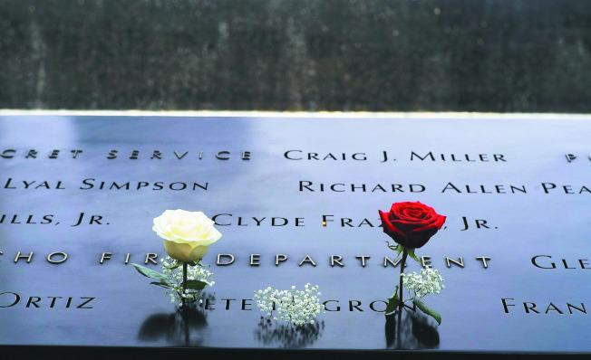 一项研究指出,美国自2001年911恐攻后展开反恐战争以来,在伊拉克、阿富汗和巴基斯坦造成约50万人直接因战事死亡,还不包括疾病等间接因战事死亡的人数。图为民众在911纪念馆罹难者名牌前献花致意。欧新社资料照片