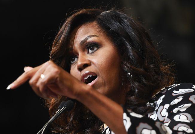 前任第一夫人蜜雪儿‧欧巴马(Michelle Obama)在自传新书「蜕变」(Becoming)里写道,川普一直散播有关欧巴马美国出生证明造假的谣言,导致她的家庭面临安全威胁。 Getty Images