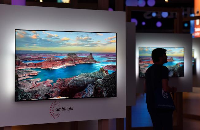无论你在黑色星期五选择在哪里购物,几乎一定可以找到大减价的电视机。图为菲浦Ambilight电视机。 (Getty Images)