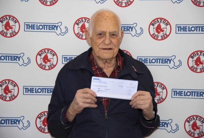 84岁的波士顿红袜棒球队球迷艾尔瓦用五位球员的球衣号码签赌麻州乐透,签中了10万元。 (麻州乐透局)