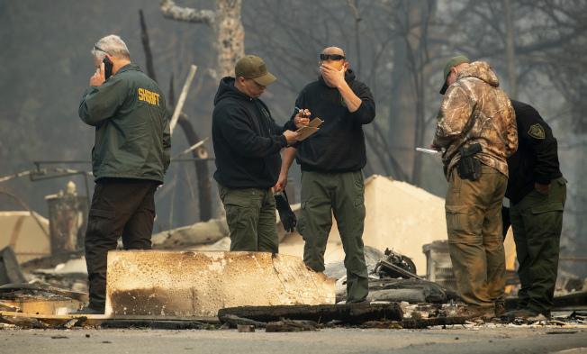 搜救人员在北加州天堂镇废墟发现遇害者。 (美联社)