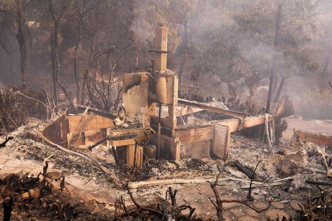 南加州马里布的民宅被烧成废墟。 (美联社)
