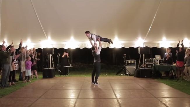 美国纽约一对新婚同志西蒙斯与艾博林,秘密练舞长达7周,惊艳全场。取材自YouTube