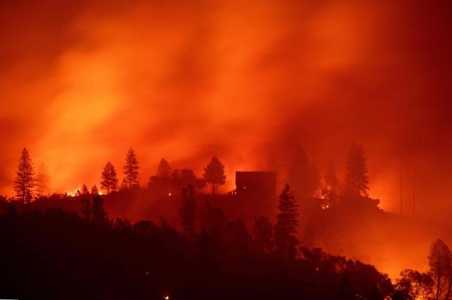 加州首府沙加缅度(Sacramento)以北的坎普野火(Camp Fire)已造成23死。 (Getty Images)
