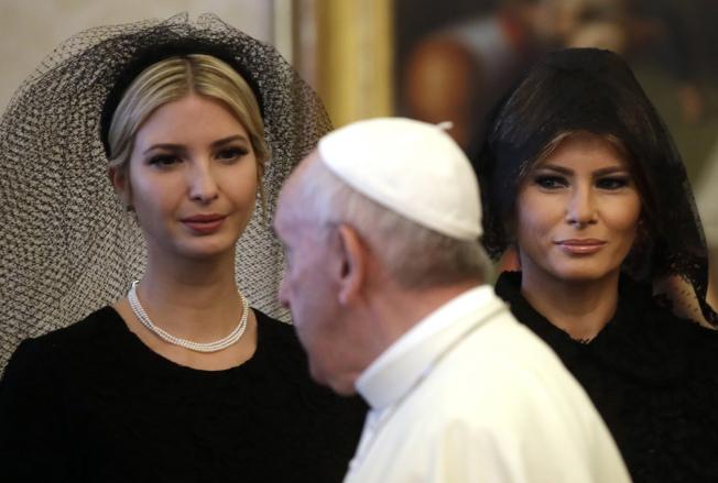 去年5月,美国总统川普在夫人梅兰妮亚(右)、女儿伊凡卡(左)及女婿库许纳的陪同下,到梵蒂冈觐见教宗方济各(中)。 (美联社)