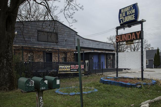 芝加哥一名警察11日在郊区酒吧Manny's Blue Room Lounge射杀了一名武装保安人员。 (美联社)