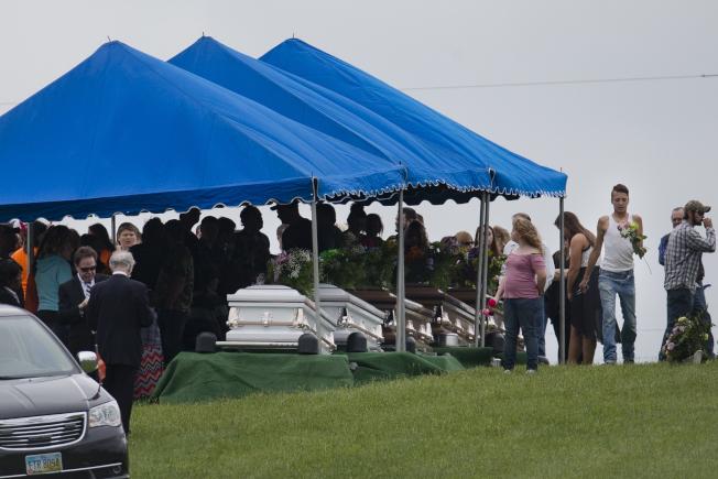 罗登一家八人2016年4月遇害后 ,有六人在同一天出殡。 (美联社)