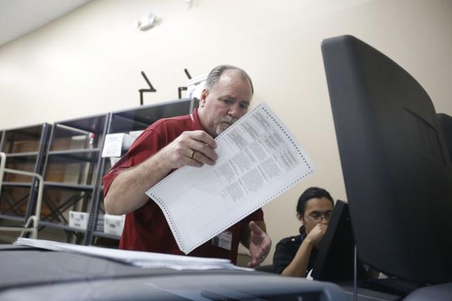 佛州选务人员13日持续进行重新计票作业。 (美联社)