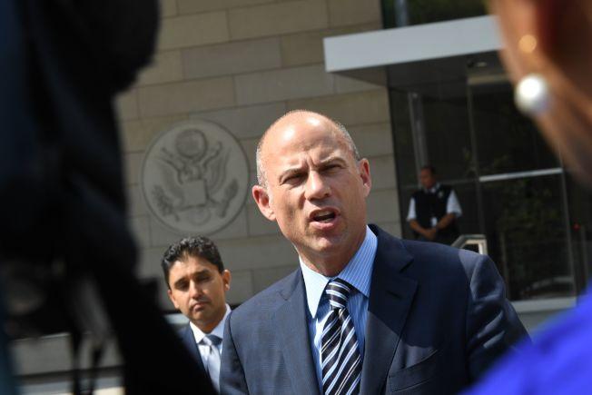 因代表色情女星丹尼尔斯告川普总统的律师艾维纳提(中),14日疑因涉及家暴被捕。 (Getty Images)
