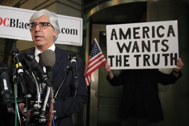 各家媒体在联合声明中指出:「无论当下新闻关乎国家安全、经济或环境,记者采访白宫必须拥有自由发问的权利。」图左为CNN代表律师Ted Boutrous。美联社