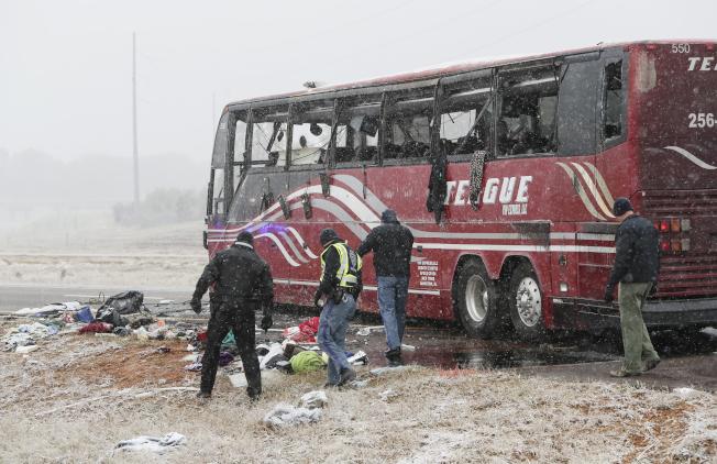 一辆开往赌场的旅游巴士14日在密西西比州拜哈利亚的269号州际公路行驶时,因路面结冰而失控翻覆,造成车上乘客两人死亡、44人受伤。 (美联社)