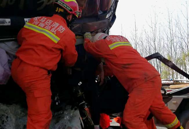 大广高速河南平舆段发生28辆大货车连环相撞交通事故 ,救援人员在事故现场实施救援。 (新华社)