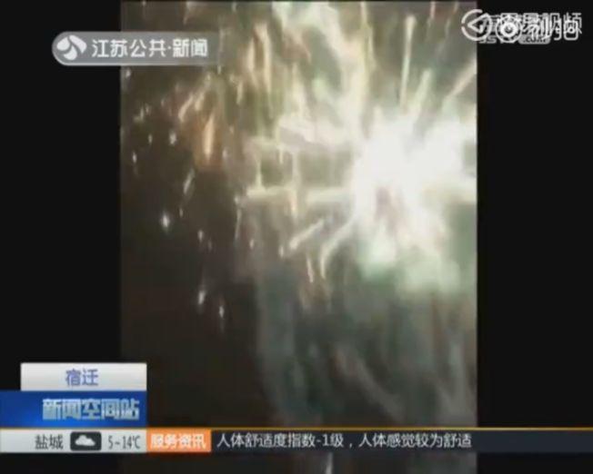 江苏一位年轻老爸为了自己11岁的儿子考试考了7分,放一车烟花庆祝。 (视频截图)