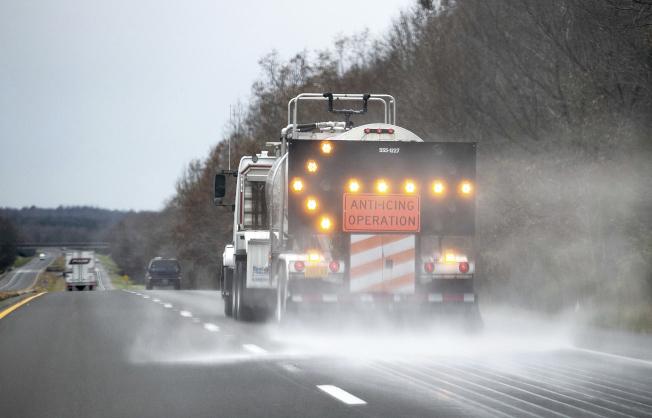 肯塔基州交通部门严防冬季风暴造成灾害,在高速公路上喷洒盐水。 (美联社)