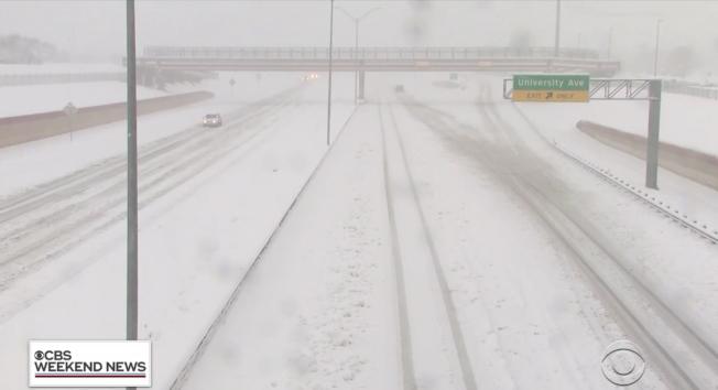 冬季风暴8日横扫南部数州,德州部分地区降雪甚至达十吋,图为被雪覆盖的高速公路空空荡荡。 (CBS画面截图)