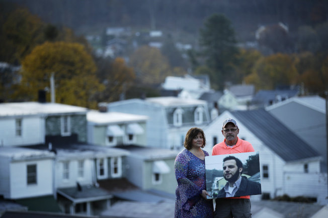 珍纳‧温兹(左)和费斯通上月拿着儿子、前碳山镇镇长温兹的遗照,在当地首次公开儿子嗑药过量致死的悲剧。 (美联社)