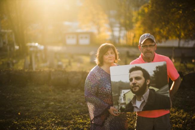 珍纳‧温兹(左)和费斯通上月拿着儿子、前碳山镇镇长温兹的遗照,在当地首次公开讲述儿子嗑药过量致死的悲剧。 (美联社)
