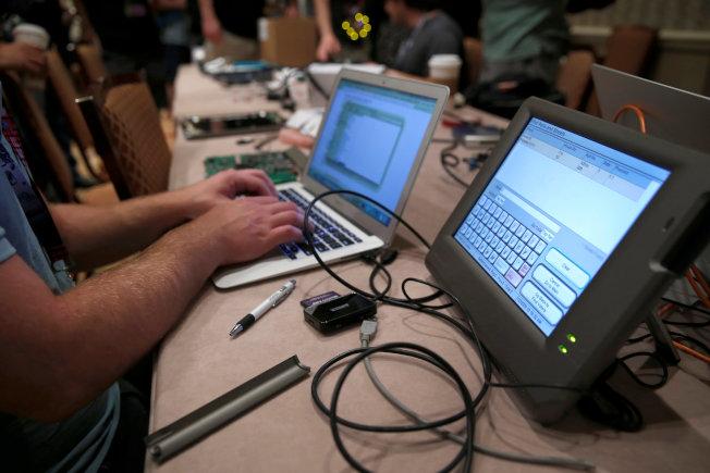 根据道德骇客平台Bugcrowd的最新数据,兼职的顶尖骇客只要协助公司搜寻安全漏洞,一年可赚进逾50万美元(骇客示意图)。