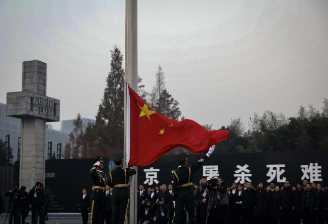 侵华日军南京大屠杀遇难同胞纪念馆举行升国旗、下半旗仪式。 (中新社)