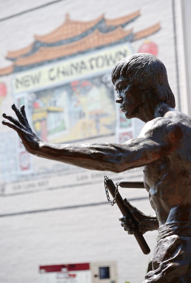 图为李小龙手持双节棍的雕像。 (Getty Images)