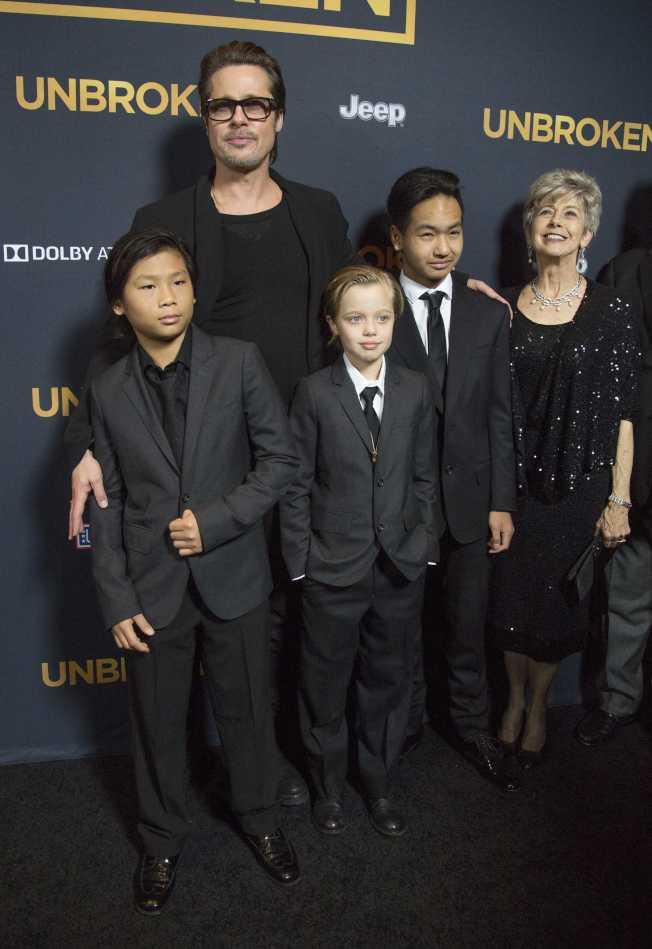 布莱德彼特曾带着养子派克斯(前左起)、女儿喜萝、大养子麦杜斯与母亲一起首映会。图/路透资料照片
