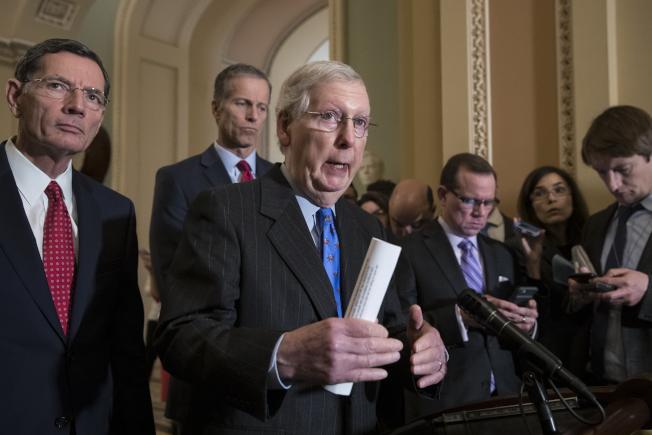 多数党领袖麦康诺19日宣布以临时决议案避免联邦政府关闭,并暂时搁置边境筑墙经费。 (美联社)