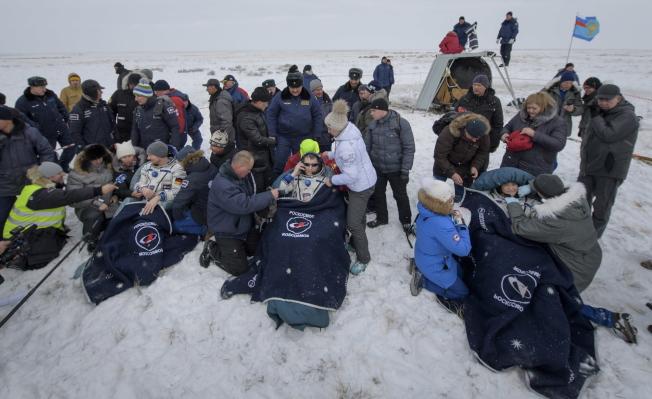 三名在国际太空站工作的太空人,结束在太空站197天的任务,返回地球。 (欧新社)