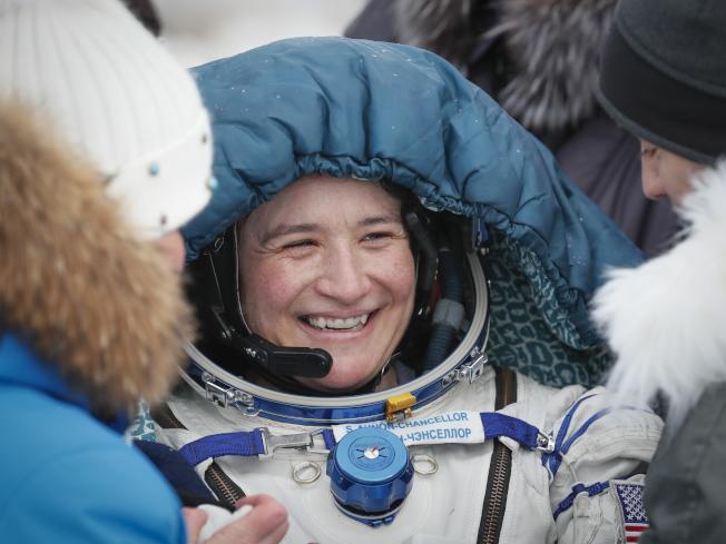 国际太空站成员、美国太空总署的太空人Serena Aunon-Chancellor 20日顺利返回地球,微笑的面对迎接她的地面人员。 (欧新社)