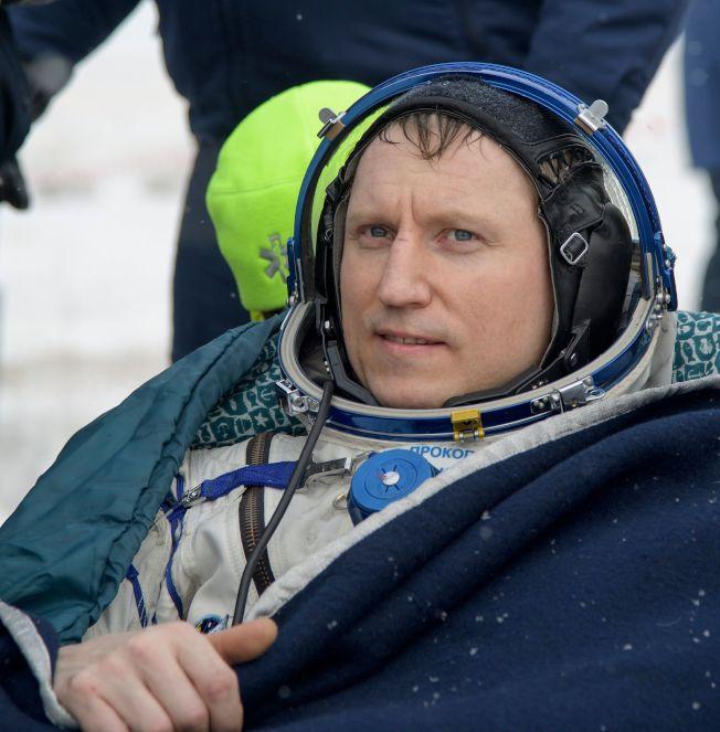 国际太空站成员、俄罗斯太空总署的太空人Sergey Prokopyev 20日顺利返回地球,坐在椅子上休息。 (Getty Images)