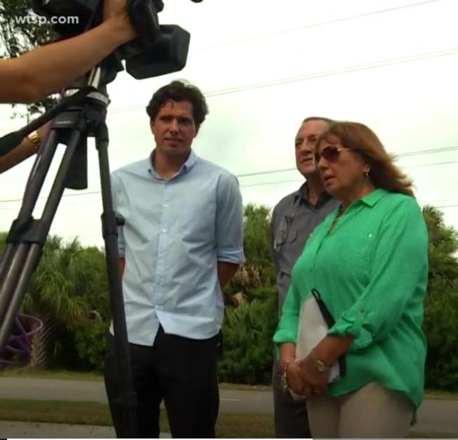60岁的托雷斯-布鲁诺(中)和妻子玛莎(右)在美寻求庇护25年未果,下月将初被遣返秘鲁。图为夫妇俩和儿子接受采访。 (WTSP电视台截频)